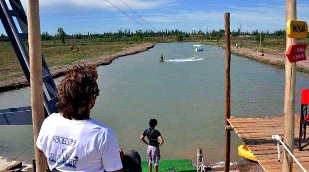 Crean laguna artificial para hacer esqu acu tico c mara for Como hacer una laguna artificial